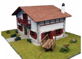 Сборная деревянная модель деревенского дома Artesania Latina Chalet en kit de Caserío con carro, 1/72 1