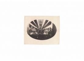 Праздничное групповое фото с бюстом Ленина